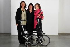 3 donne e una Brompton